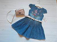 Платье джинсовое плиссе, розовая вышивка, в подарок сумочка на девочку