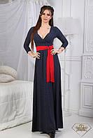 Весеннее платье-макси с декольте и контрастным поясом