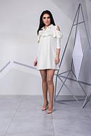 Женское привлекательное платье с голыми плечами