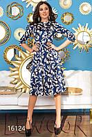 Красивое атласное платье со складками на юбке