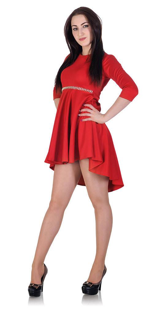 Платье с бижутерией красное