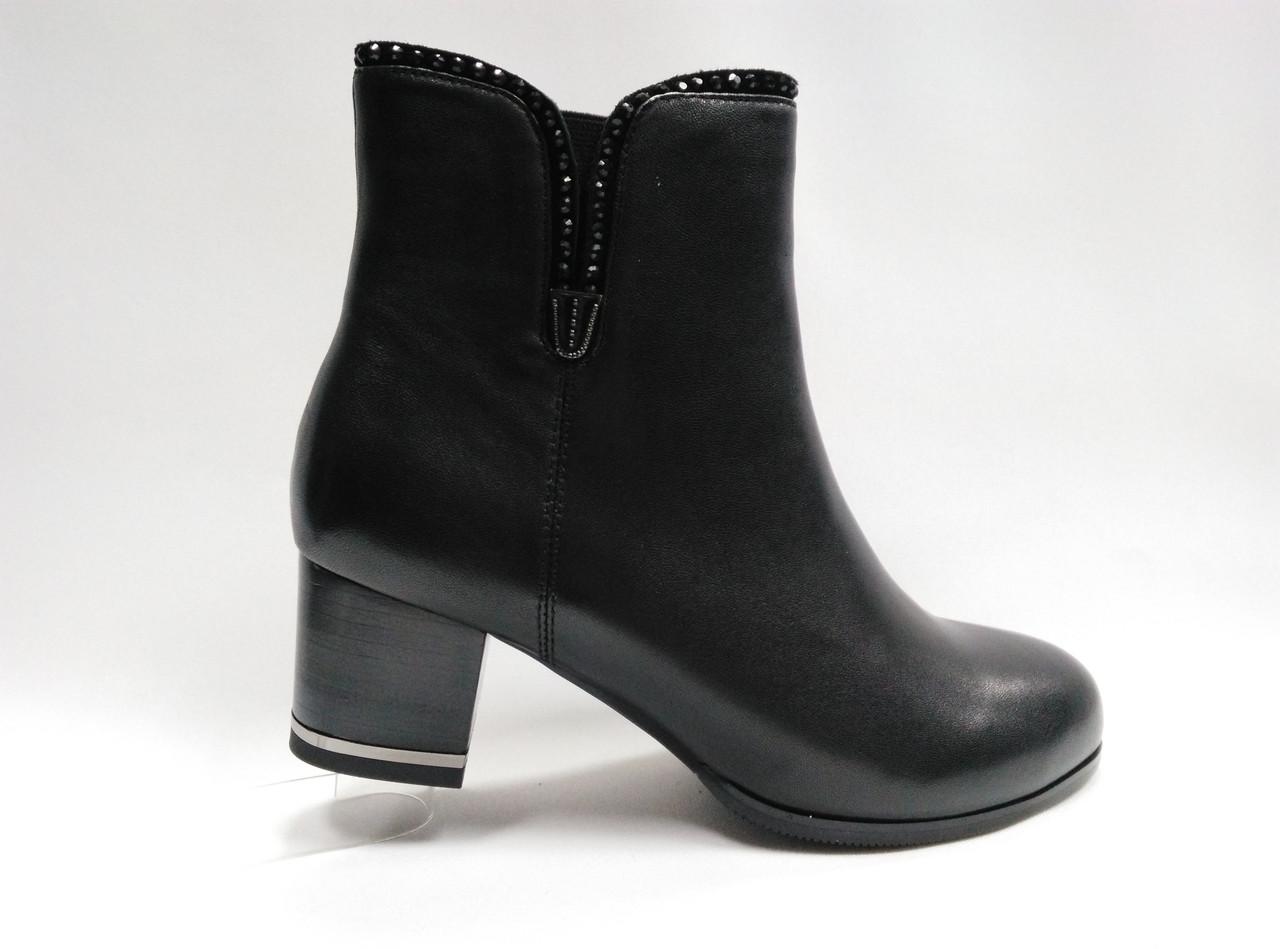 Чорні шкіряні черевики на підборах.
