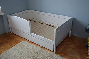 Белая детская кровать из натурального дерева