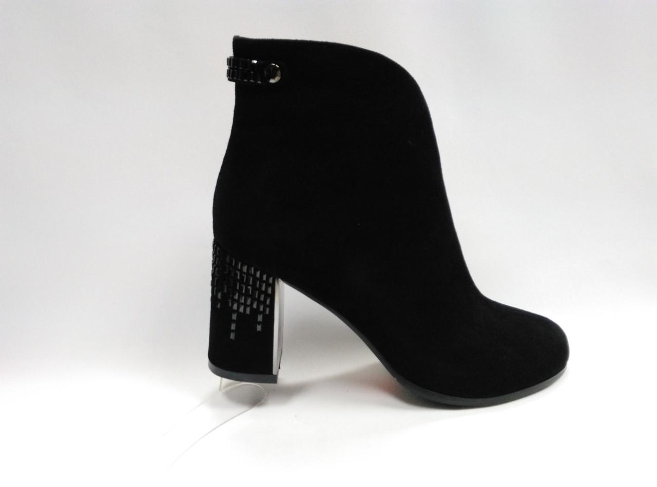 Чорні замшеві черевики на підборах.