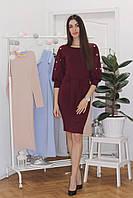 Стильное приталенное платье с жемчуженами и поясом