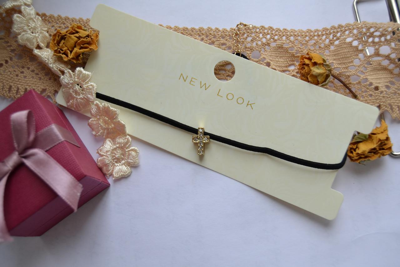 Ожерелье-чокер с крестиком и кристаллами New Look