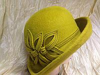 Фетровая  шляпа с полями и с украшением