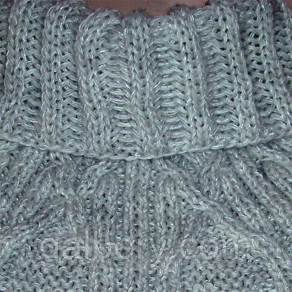 Вязаный шарф-манишка серебристо-серого цвета
