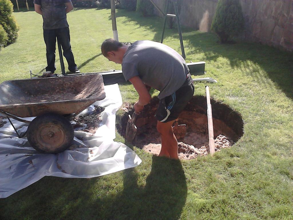 Выкопали выгребную яму под метровые кольца,по жытомерськой трасе.