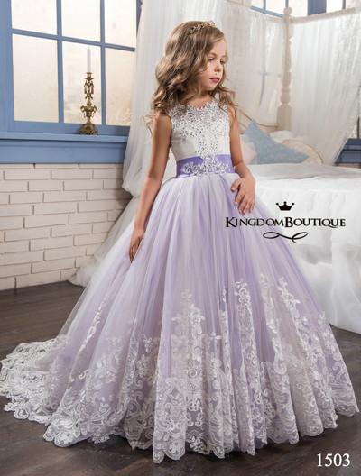 Платье длинное со шлейфом, яркими бантами и поясом.