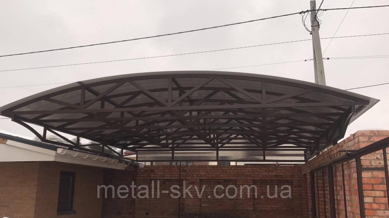 Навес металлический прозрачный под поликарбонатом.