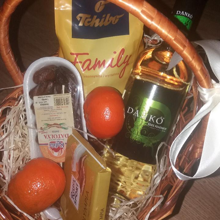 Корзина подарочная финики + венгерское вино+кофе 500гр+шоколад и мандарины