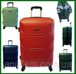 Средний ударопрочный чемодан на четырёх колёсах