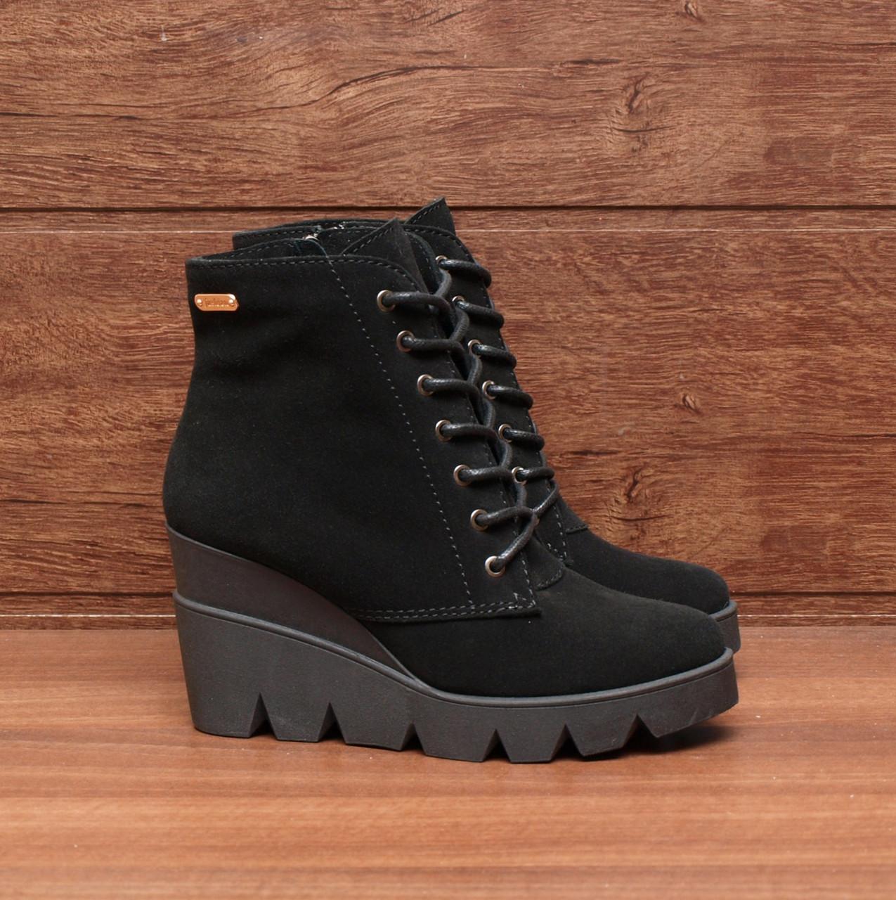 Ботинки женские на танкетке и шнуровке замшевые черные