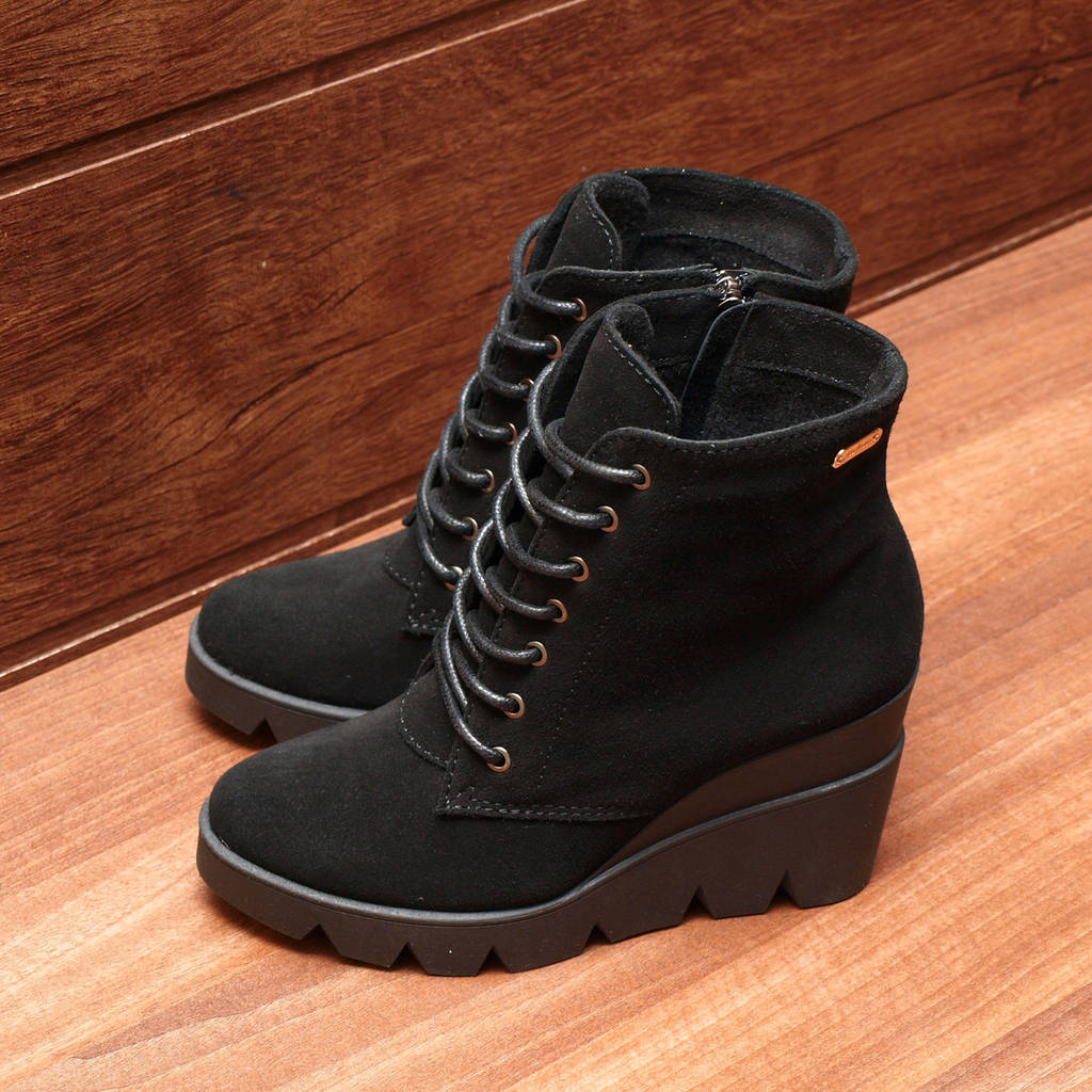 81771| Женские ботинки демисезонные на высокой танкетке. Черные из натуральной замши со шнуровкой