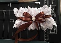 Подвязка скоричневым бантиком и брошкой