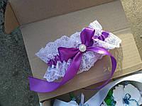 Белая подвязочка с фиолетовым бантом и брошкой