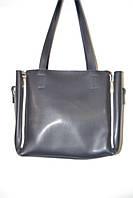 Чёрная вместительная сумка со змейками по бокам.