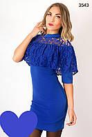 Короткое женское платье цвета электрик