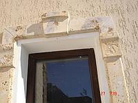 Оконное обрамление на фасаде здания