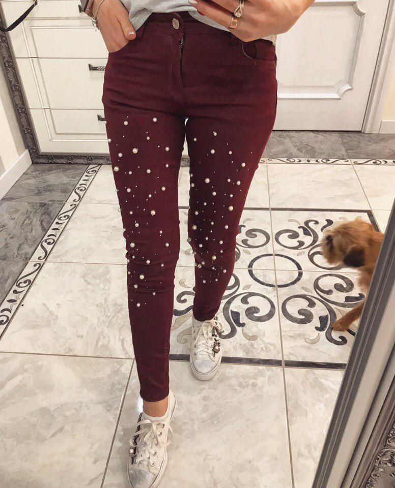 Оригинальные джинсы декорированы жемчугом