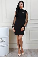 Нарядное женское платье украшено брошью, чёрного цвета