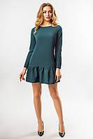 Темно-зеленое платье с длинным рукавом и оборками