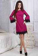 Короткое женское платье с кружевом