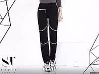 Стильные спортивные штаны средней посадки для девушки, ведущей активный образ жизни декорированы змейками