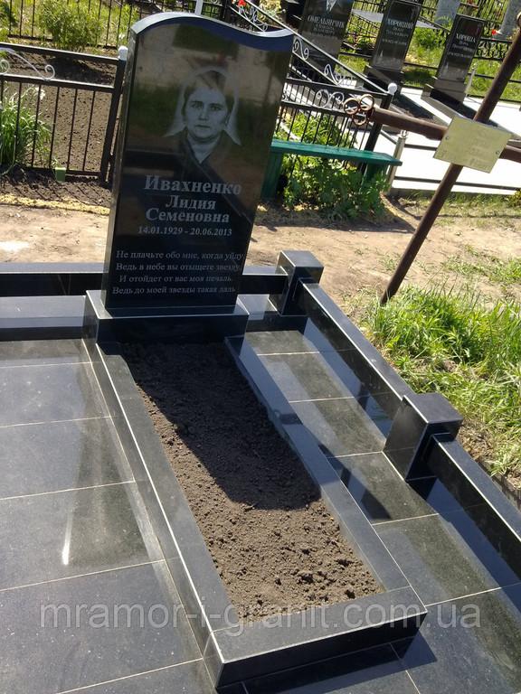 Стандартный памятник из черного гранита 4