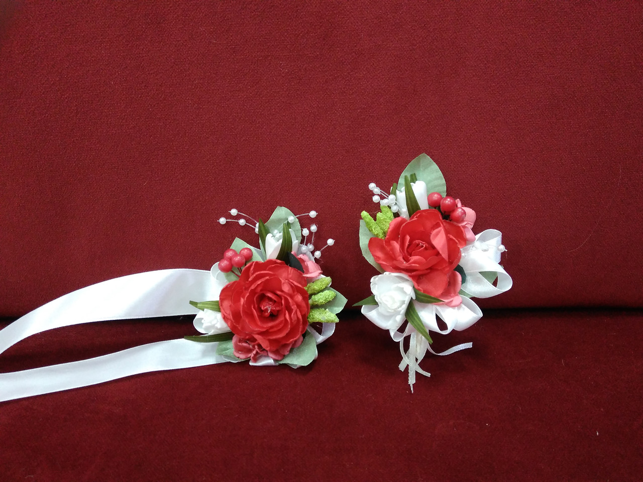 Свадебные бутоньерки для свидетелей красные с белым