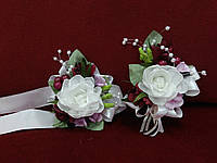 Свадебные бутоньерки для свидетелей (бутоньерка и цветочный браслет) айвори с бордовым и розовым