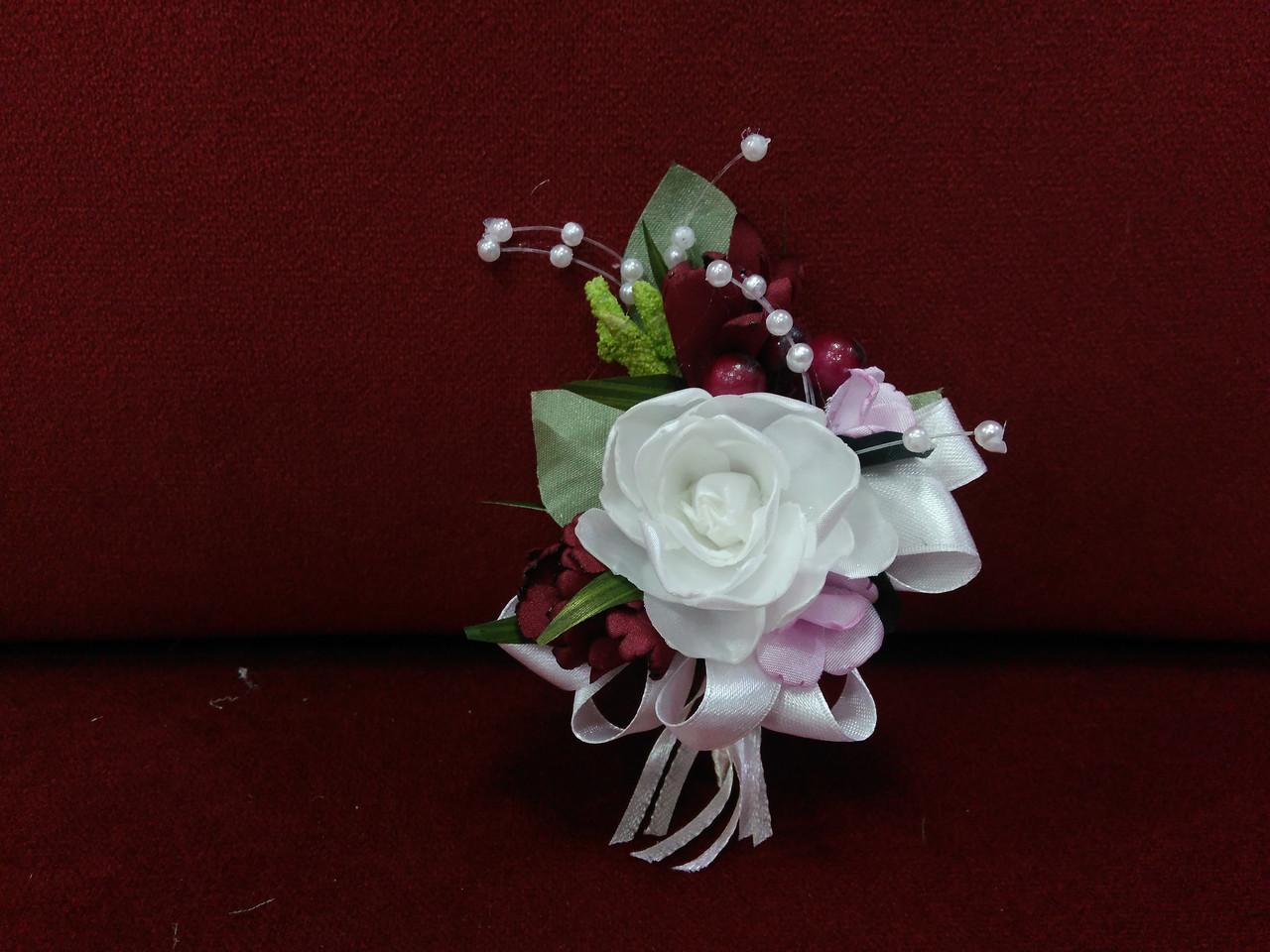 Весільна бутоньєрка айворі з бордовим і рожевим