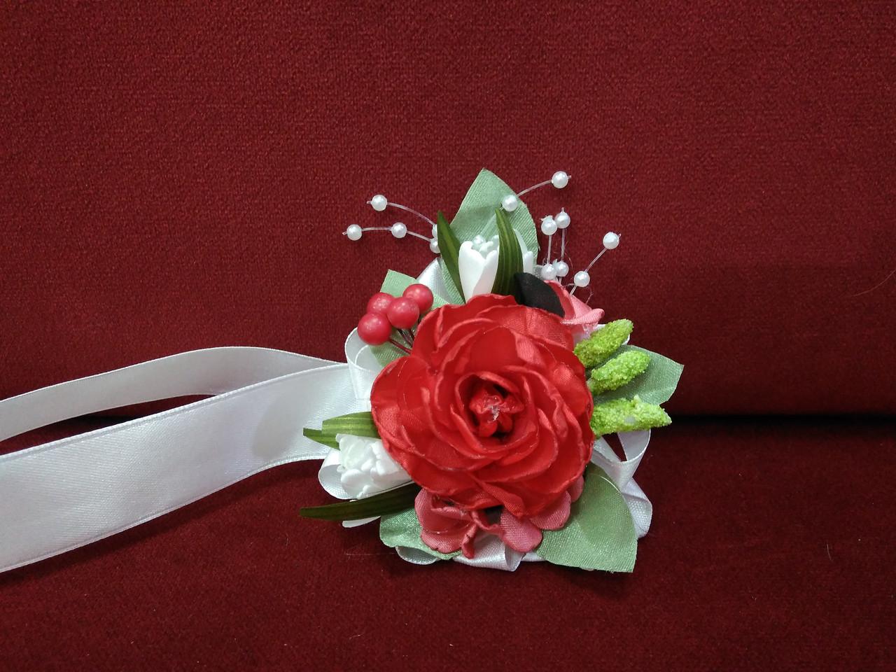 Бутоньерка на руку  красная с белым/цветочный браслет