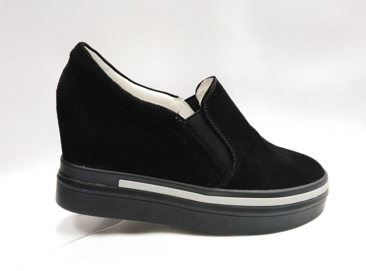 Чорні шкіряні туфлі на танкетці і платформі.