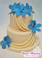 Маленький свадебный торт с синими цветами и каскадом из ткани, весом 2,5 кг