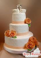 Свадебный торт с бежевыми розами и лебедями. 5 кг.