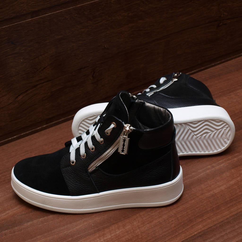 80071  Женские ботинки демисезонные на низкой платформе. Черные из замши и натуральной кожи