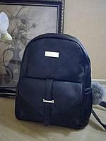 Городской рюкзак с карманом и меховым брелком