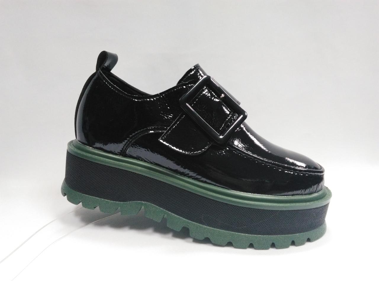 Туфли лаковые на толстой подошве, на липучке .
