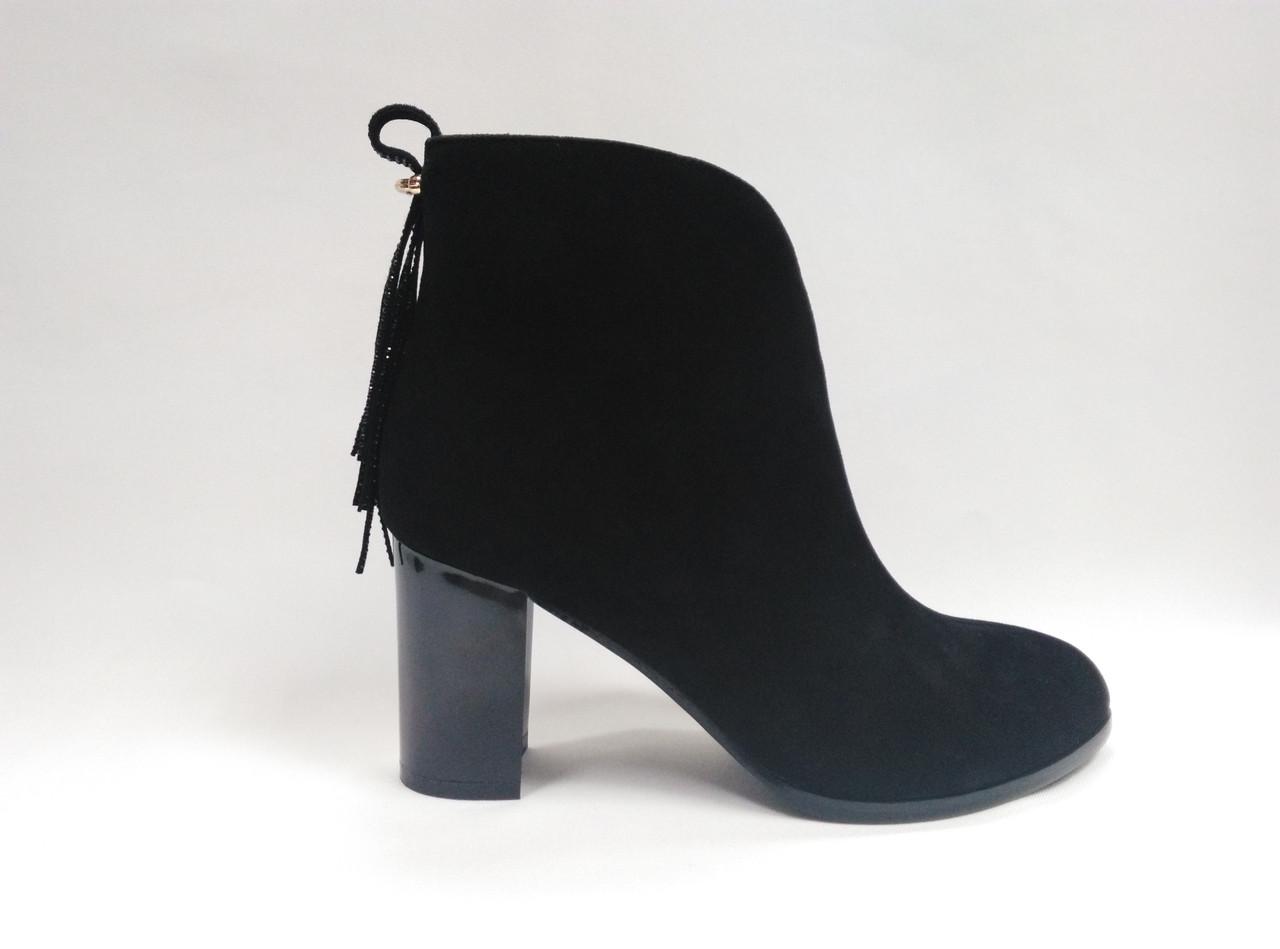 Черные замшевые  ботинки  на каблуке.