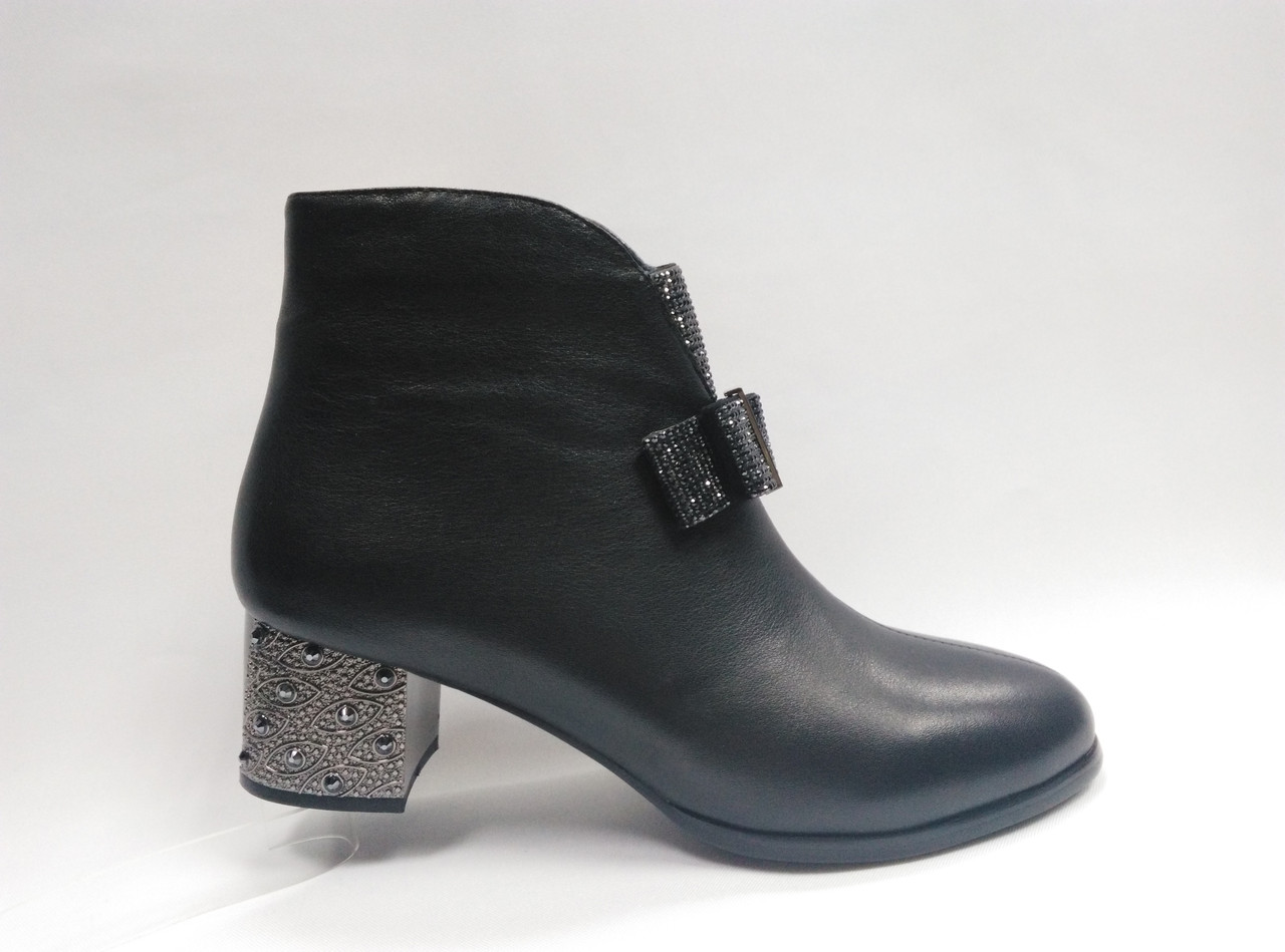 Кожаные модельные ботинки  на каблуке.