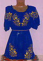Красивое синее женское платье с золотистым цветочным узором