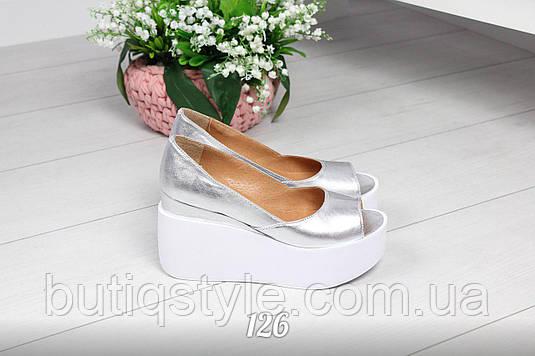 Женские кожаные туфли серебро на белой танкетке открытый носок