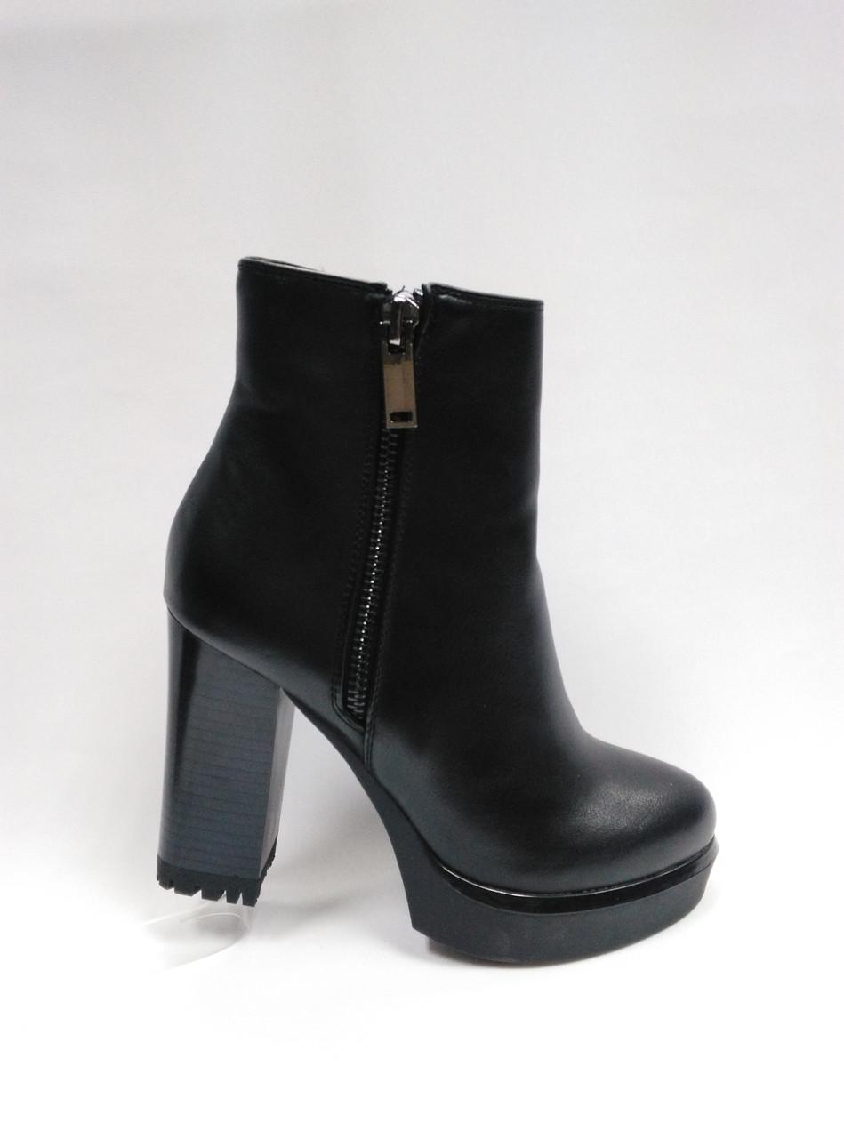 Черные ботинки из эко-кожи.