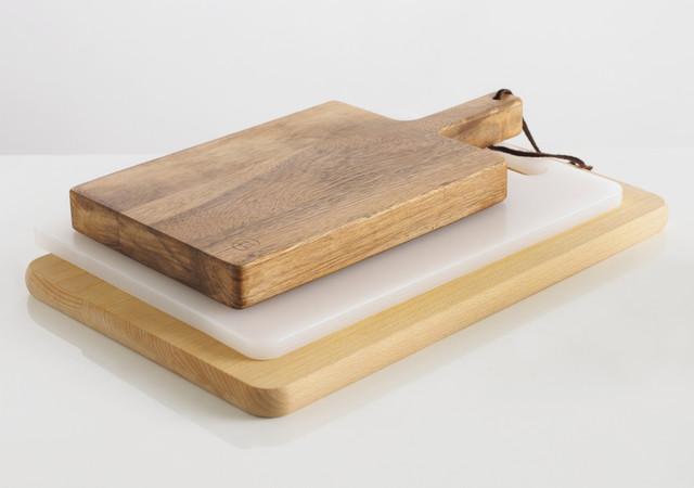 Деревянная разделочная кухонная доска на подставке