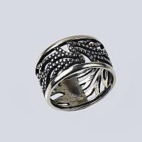 Широкое серебряное кольцо.