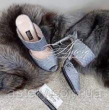 Женские серо-голубые босоножки-мюли из питона на каблуке
