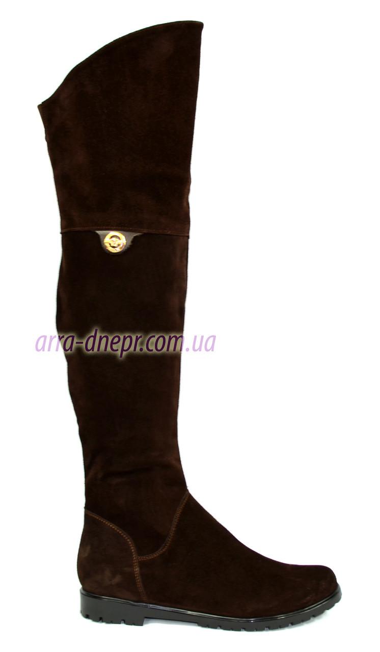 Женские ботфорты из натуральной замши шоколадного цвета, декорированы брошкой. Голенище до 43см.