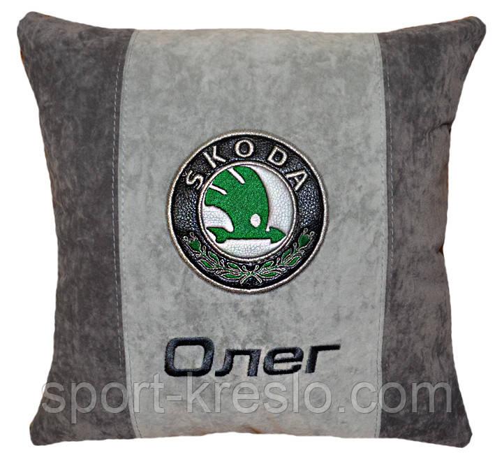 Подушка декоративна у авто з логотипом Skoda шкода